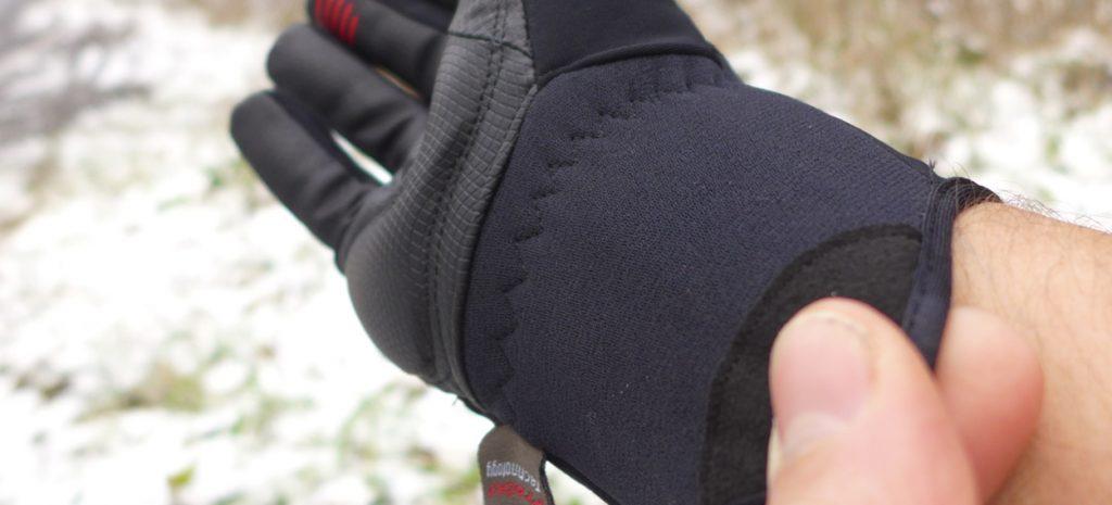 Vyztužení okraje rukavice – rukavice se velmi snadno natahují na ruce a toto exponované místo se díky tomu neodírá.