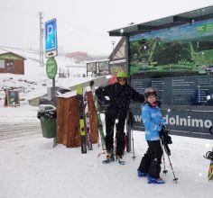 Malí skialpinisti studují trasu